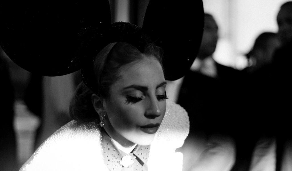 Леди Гага в ушах Микки Мауса