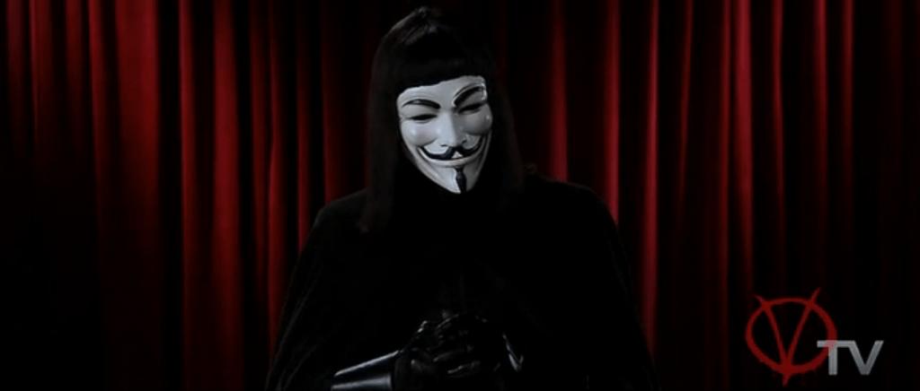 V появляется в маске Гая Фокса перед телезрителями, пытаясь достучаться до них своей проникновенной речью