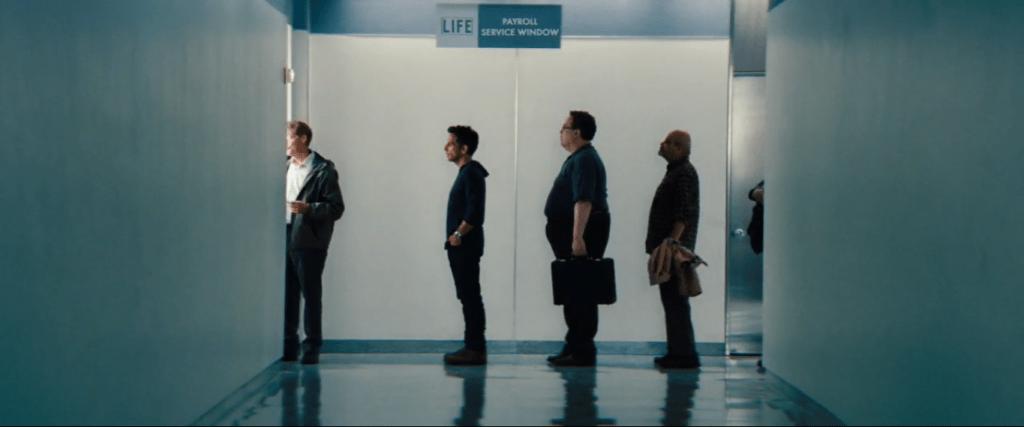 Увольнение, казавшееся катастрофой, в конце фильма воспринимается как нечто малозначительное