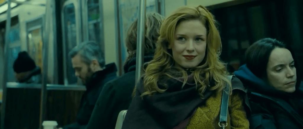 В конце фильма та же девушка выглядит гораздо более ярко и вызывающе