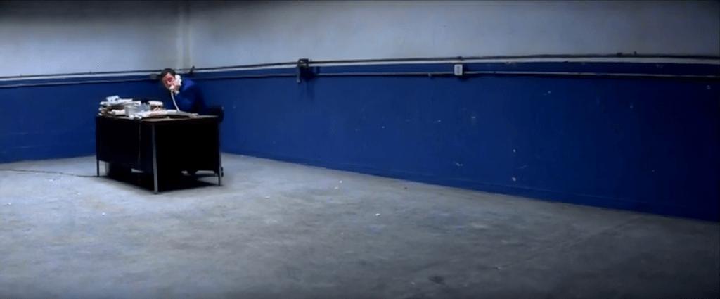 Даже рабочее место Барри Игана кричит об одиночестве