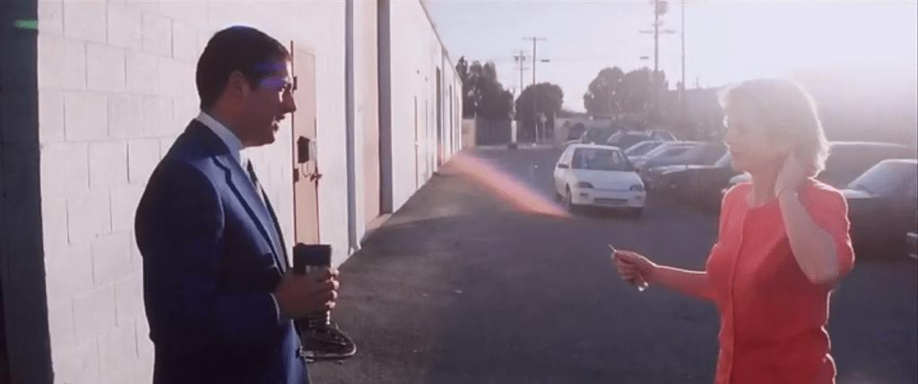 Лена приезжает в автомастерскую по соседству, но та оказывается еще закрыта